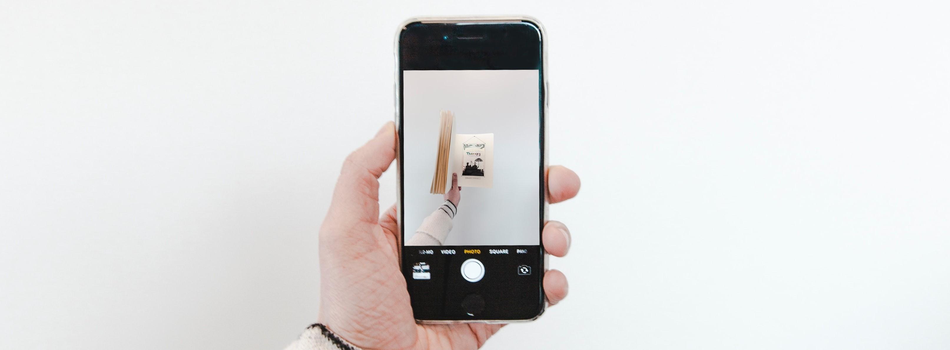 Hand houdt smartphone vast