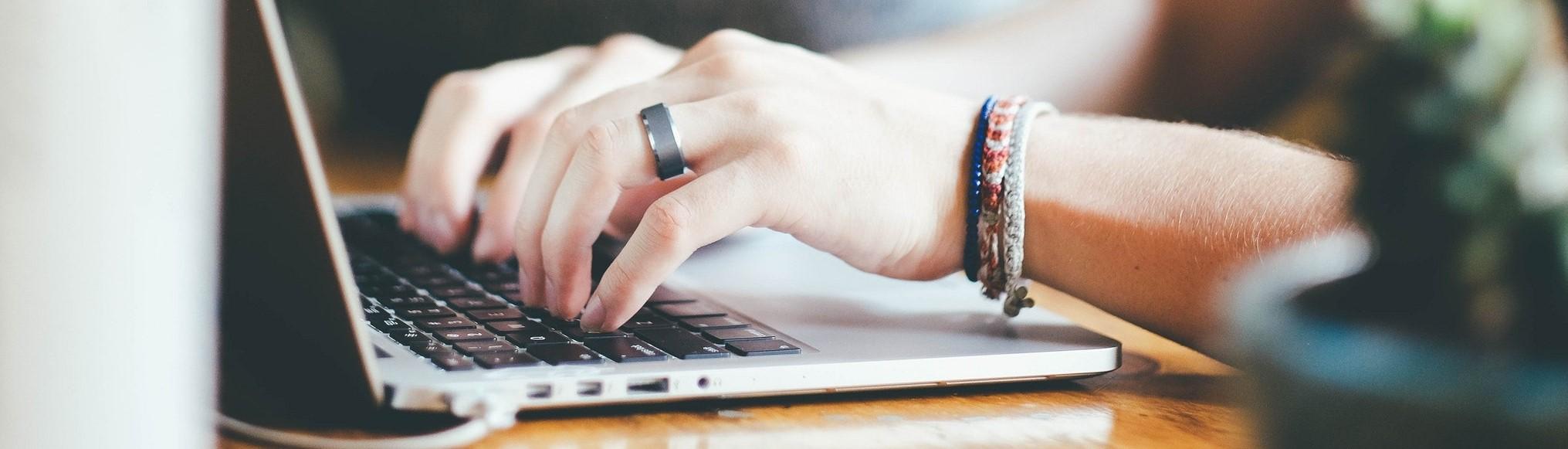 Persoon werk op laptop